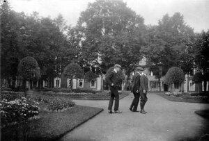 20. Уолтер, Джордж и неизвестный в дворцовом саду Петергофа