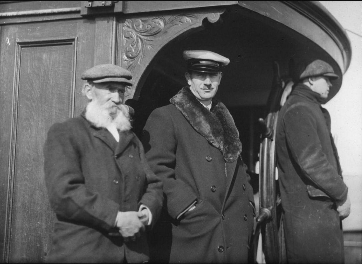 18 – 23 августа 1914. Члены экспедиции. Слева направо неизвестный мужчина, Иоганн Иогансен Лид и штурвальный