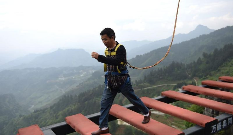 Мост для любителей очень острых ощущений в Китае