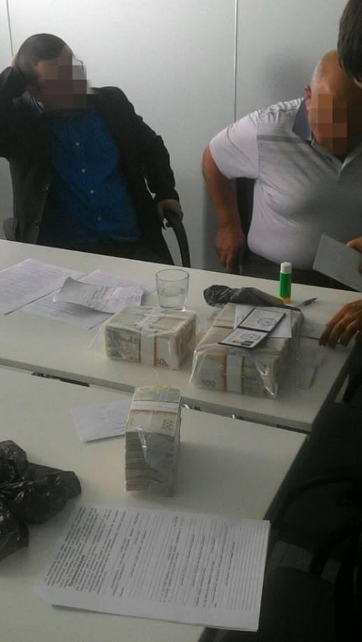 На взятке в 2,7 тыс. гривен задержан начальник одного из сервисных центров МВД на Львовщине, - СБУ