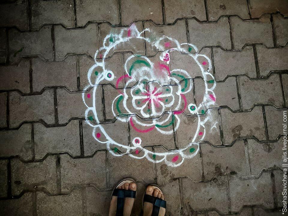 Индия: Мистические обереги перед входом в дома в Гокарне. Photo: Sasha Savicheva