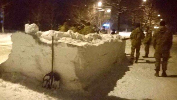 ВЖитомире будущие десантники строили автобусную остановку изснега