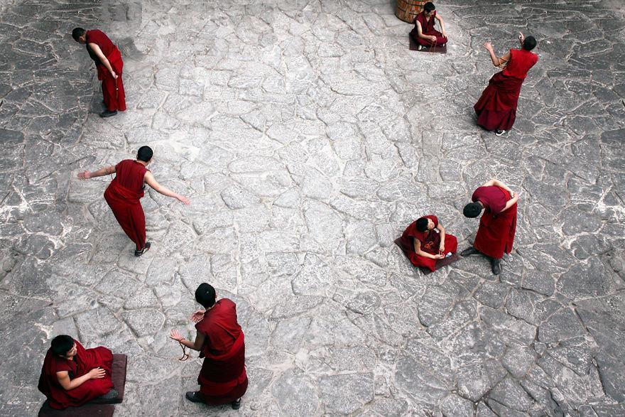 Монахи в храме Джоканг в Лхасе, Тибет.