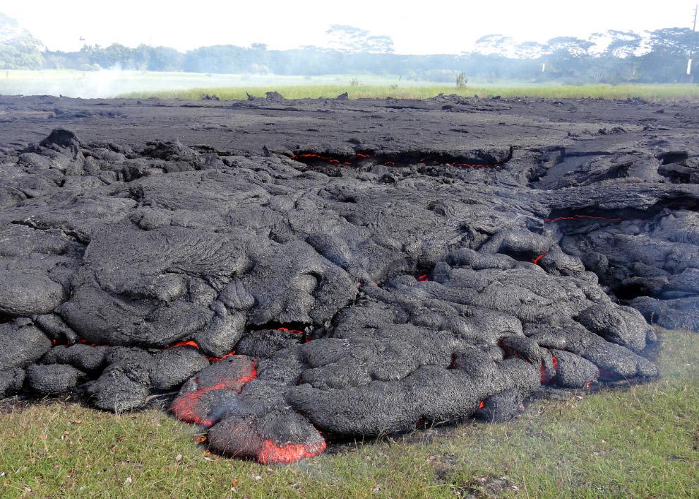 14. 25 октября 2014, на пути лавы встретилось какое-то строение. (Фото USGS HVO):