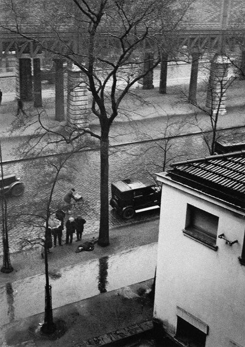 Брассай. Человек умирает на улице. Boulevard de la Glaciere. Париж, 1932