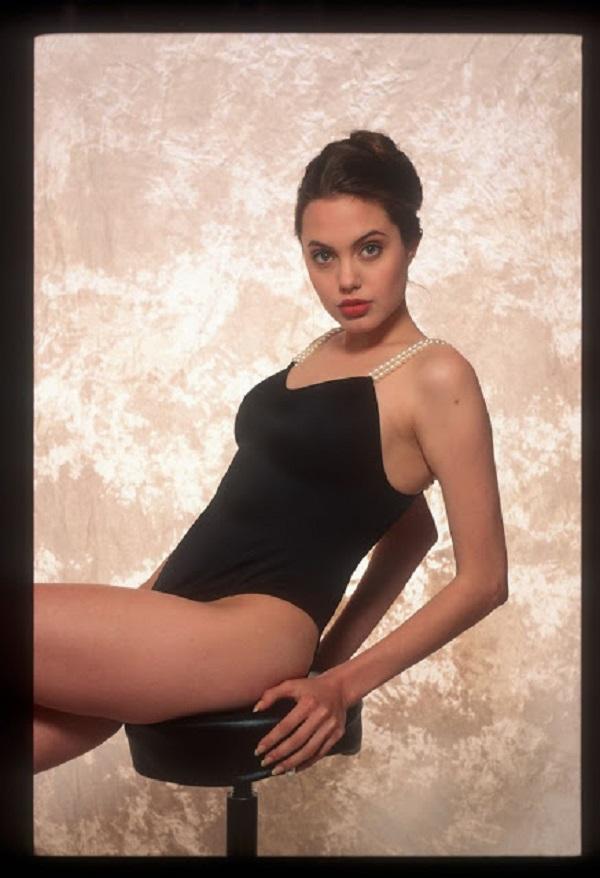 В фотосессии Джоли примерила на себя образы, как невинного подростка, так и мятежной Лолиты.