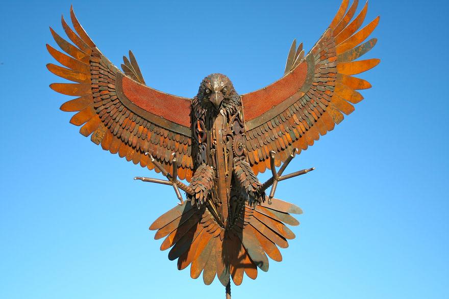 Австралиец превращает груды металлолома в удивительные скульптуры
