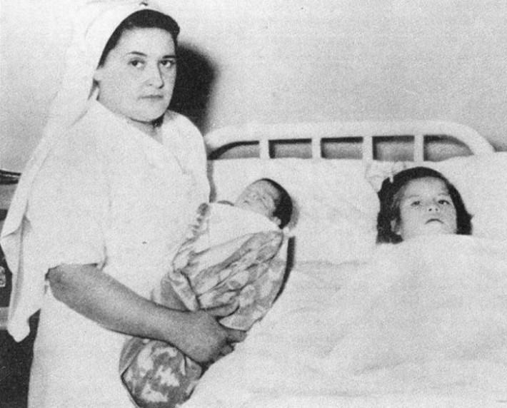 Около полутора месяцев спустя Медина в возрасте 5 лет и 7 месяцев путем кесарева сечения произве