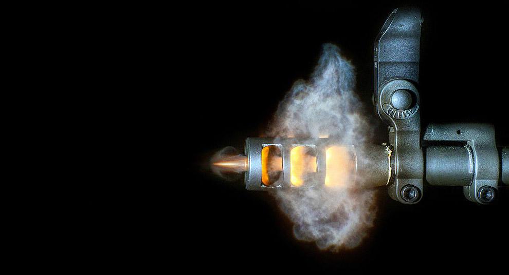 Пуля вылетает со скоростью 3 050 км/час, что гораздо быстрее, чем при выстреле из пистолета:
