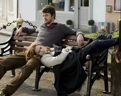 В фильме «Как выйти замуж за три дня» герои играют свадьбу на открытом воздухе — и все бы ничего, но