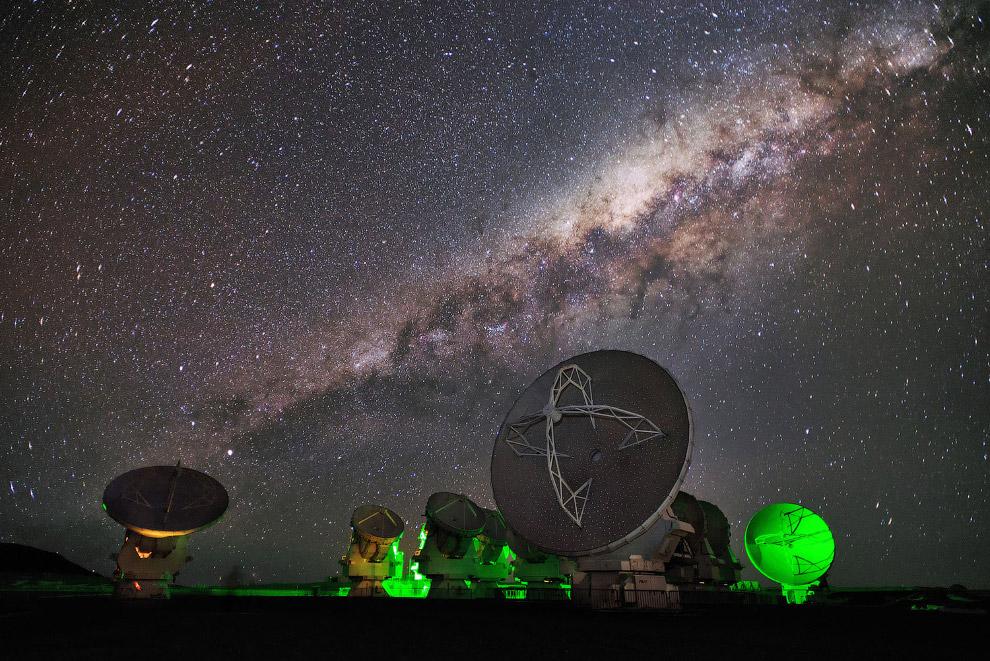 22. Млечный путь и Европейская южная обсерватория. (Фото Miguel Claro | ESO):
