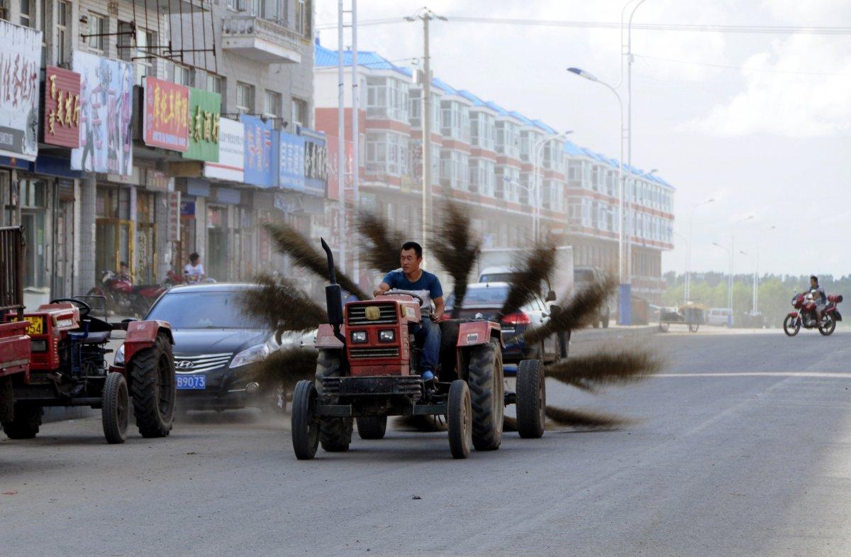 5. Этот импровизированный трактор оснащен 12 вращающимися щетками, которыми их создатель подметает у