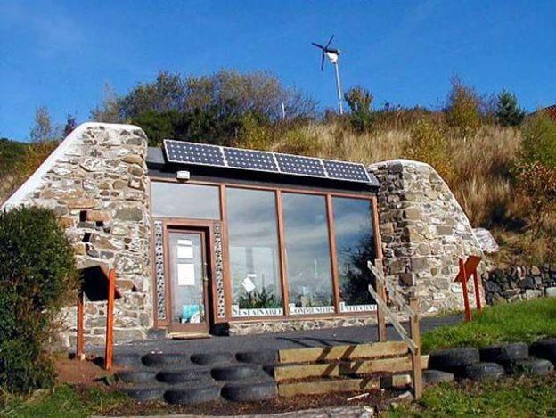 Своя вода Дом сам обеспечивает своих жильцов водой. Его крыша построена таким образом, чтобы дождева