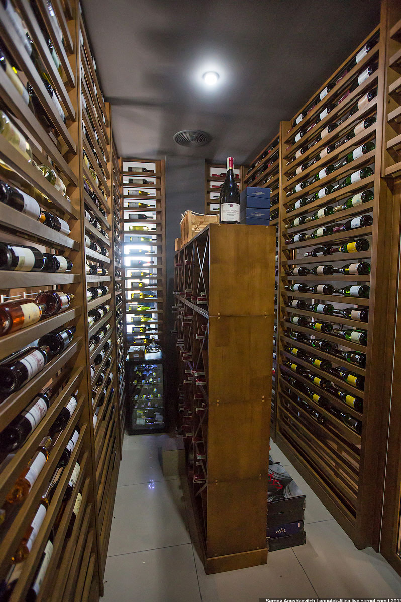 За температурой следит несколько датчиков, расположенных в разных частях винной комнаты: