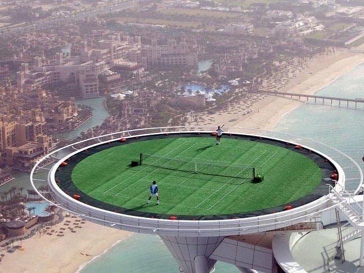 Теннисный корт на высоте, чтобы и играть «на высоте». Интересно, часто ли у них мячи улетают?
