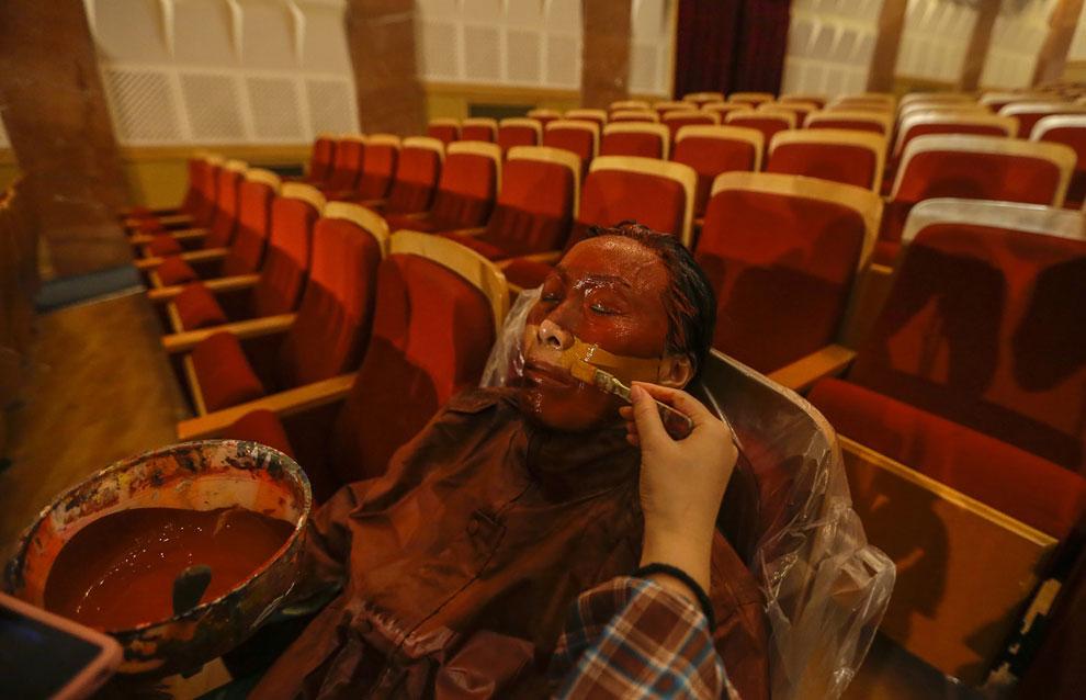 Участникам проекта приходится подолгу терпеть и сидеть неподвижно. (Фото Reuters | Jason Lee):