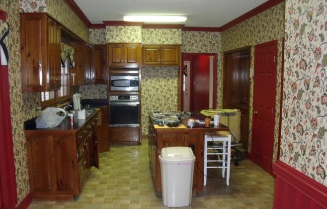 Кажется, что перед нами две разные кухни. Насамом деле мебель здесь неменялась— стены, гарнитур и
