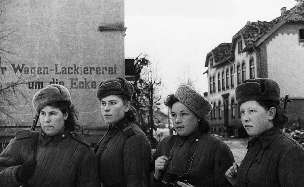 Февраль 1945 года, снайперы обходят поселение в Восточной Пруссии, захваченное советскими войсками.