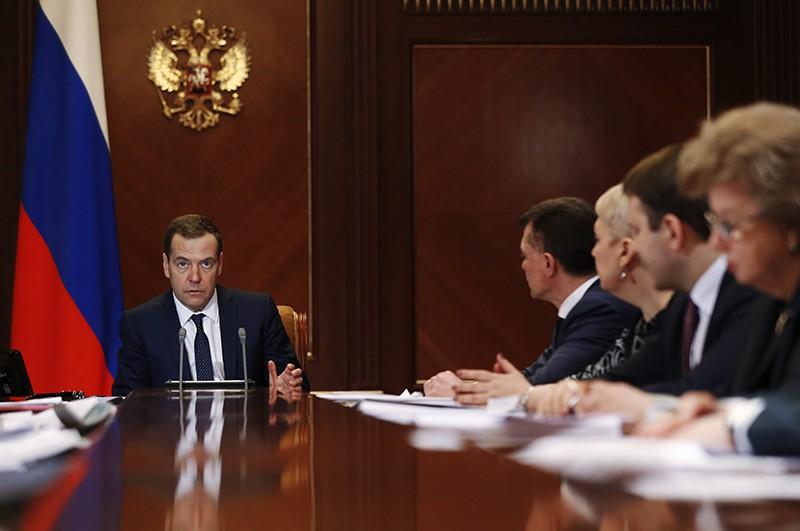 Медведев призвал искать новые методы поддержки семей
