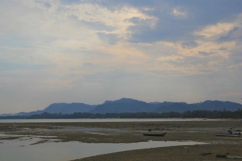 Туманное утро у Кораллового мыса. Отлив. Обнажившиеся камни дна, длиннохвостые лодки на берегу и горы вдали