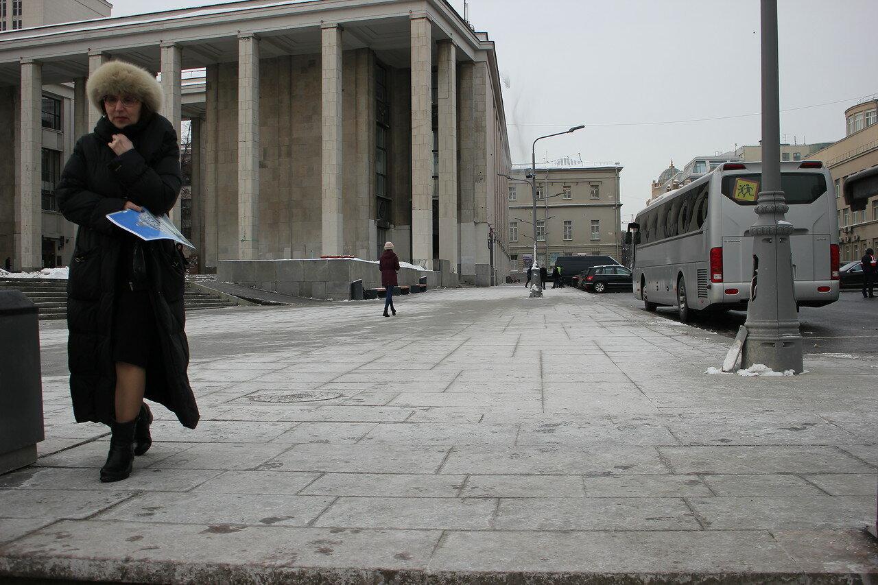 площадь перед Российской государственной библиотекой