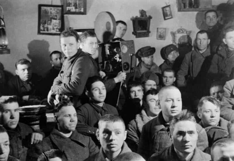 Бойцы во время просмотра кинофильма. 1942 г.jpg