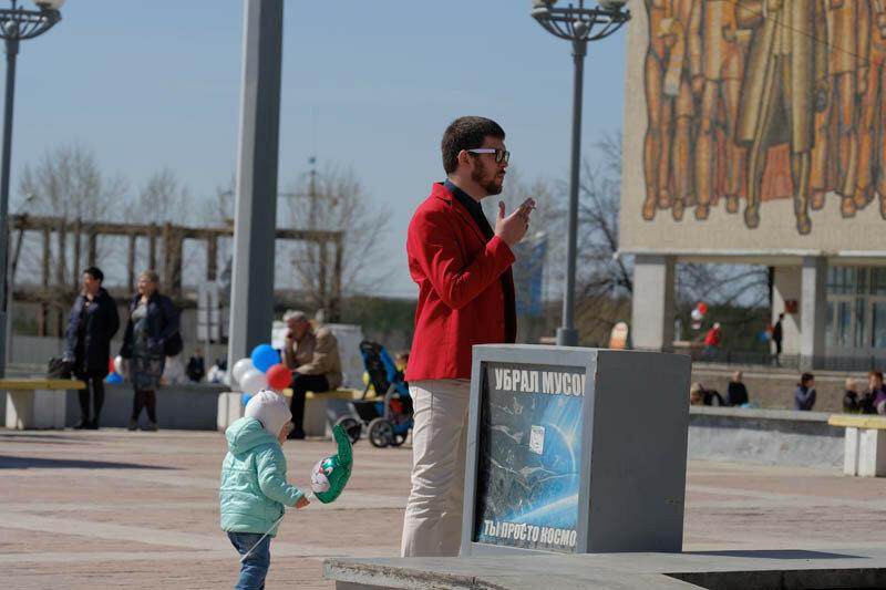 мужчина в красном пиджаке курит