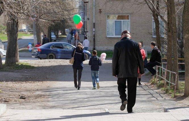 люди идущие с шарами по улице