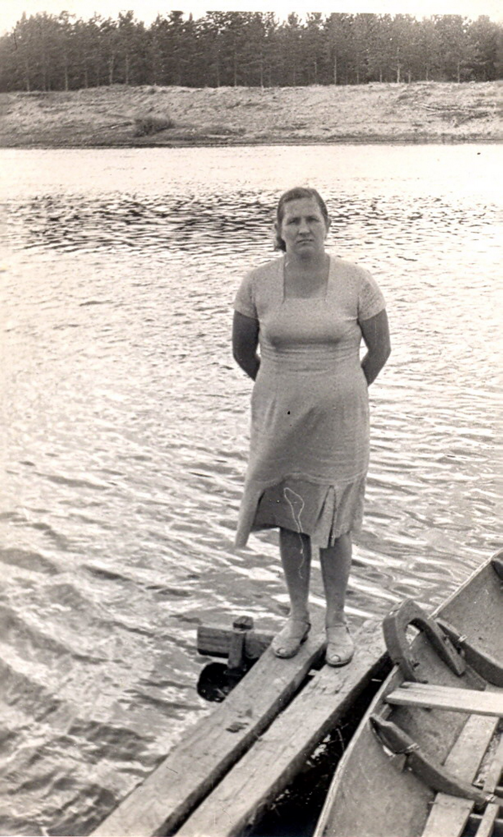 1961. На реке на мостках