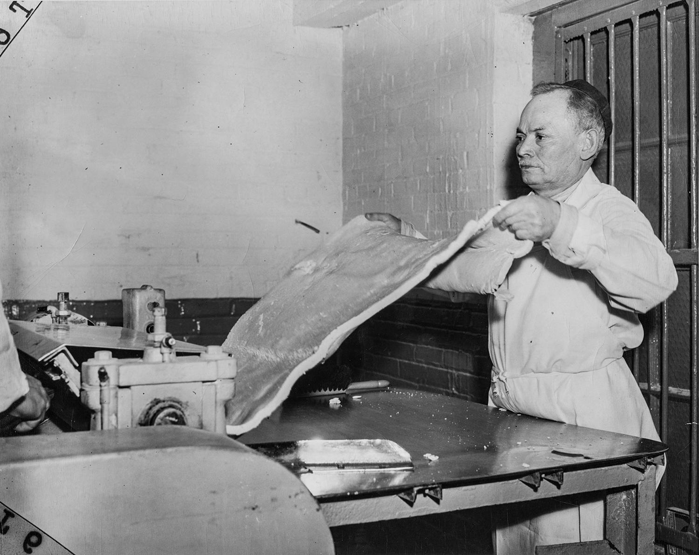 1940-е. Часть процесса приготовления мацы