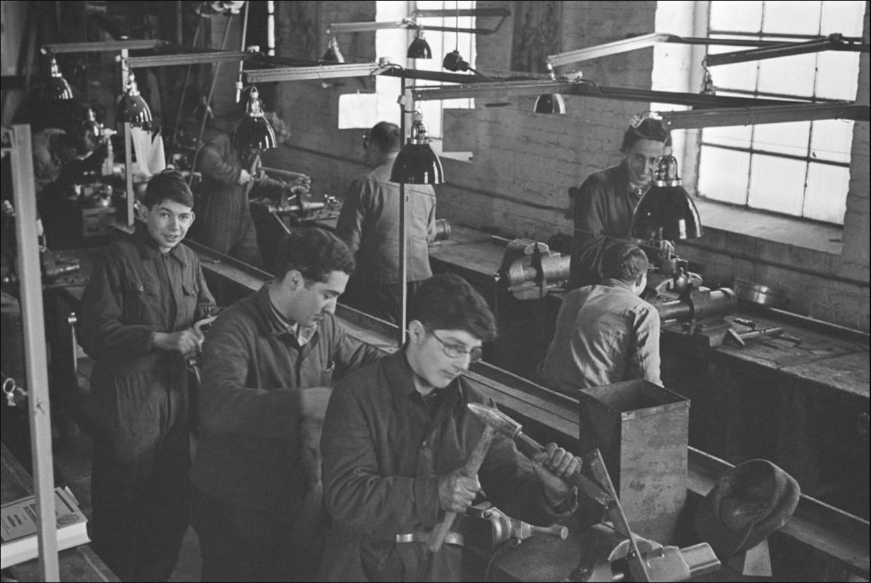 1936. Мальчики обучаются профессии слесаря в центре профессиональной подготовки в лагере для немецких евреев в ожидании разрешения на выезд. Панков, Берлин