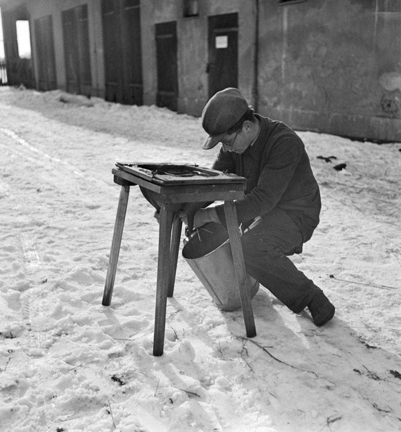 1937. Мальчик учится дойке с использованием модели вымени коровы в профессиональном тренировочном лагере для немецких евреев в надежде на эмиграцию, Берлин