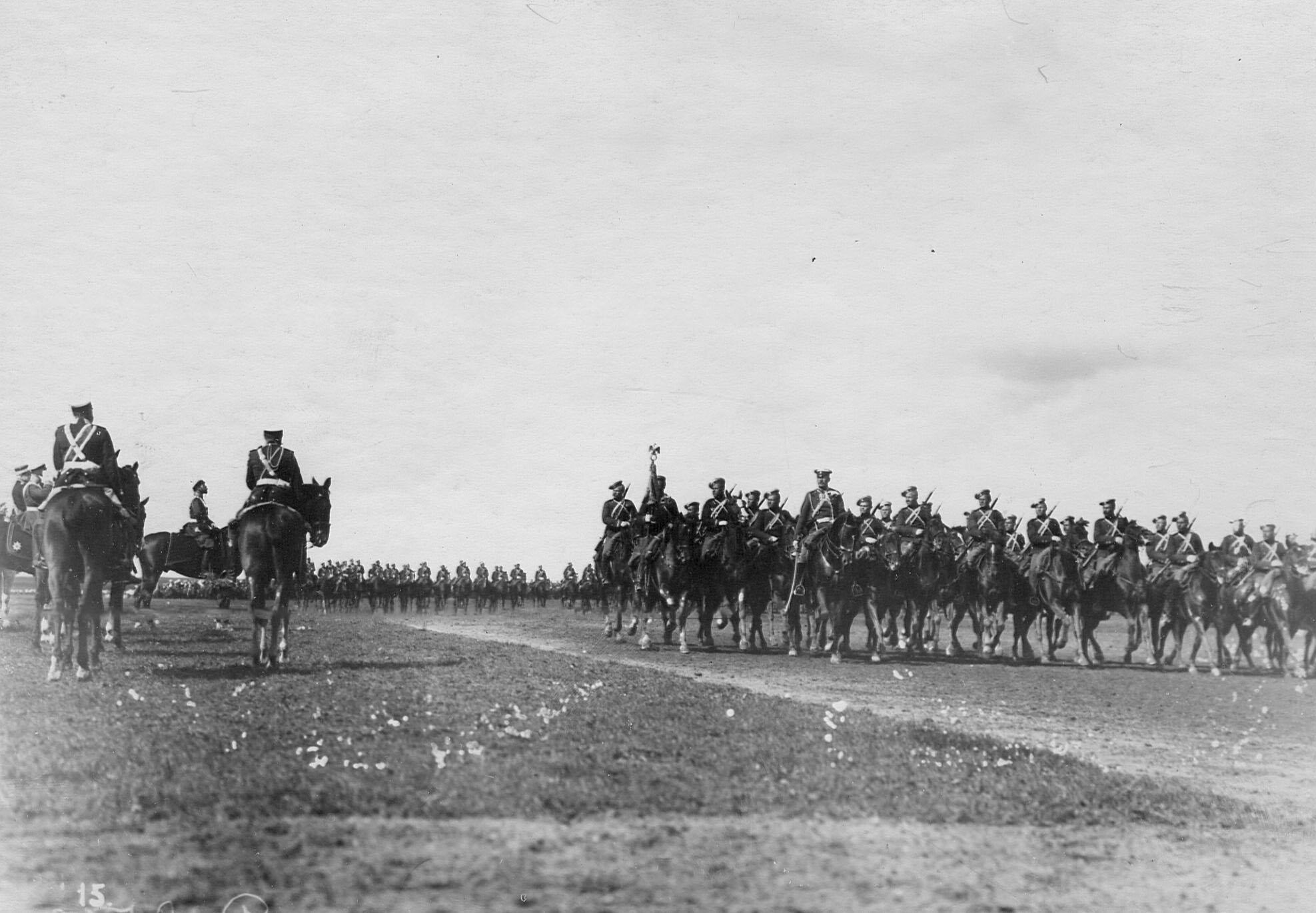 Император Николай II и сопровождающие его офицеры принимают парад Уланского Её Величества лейб-гвардии полка