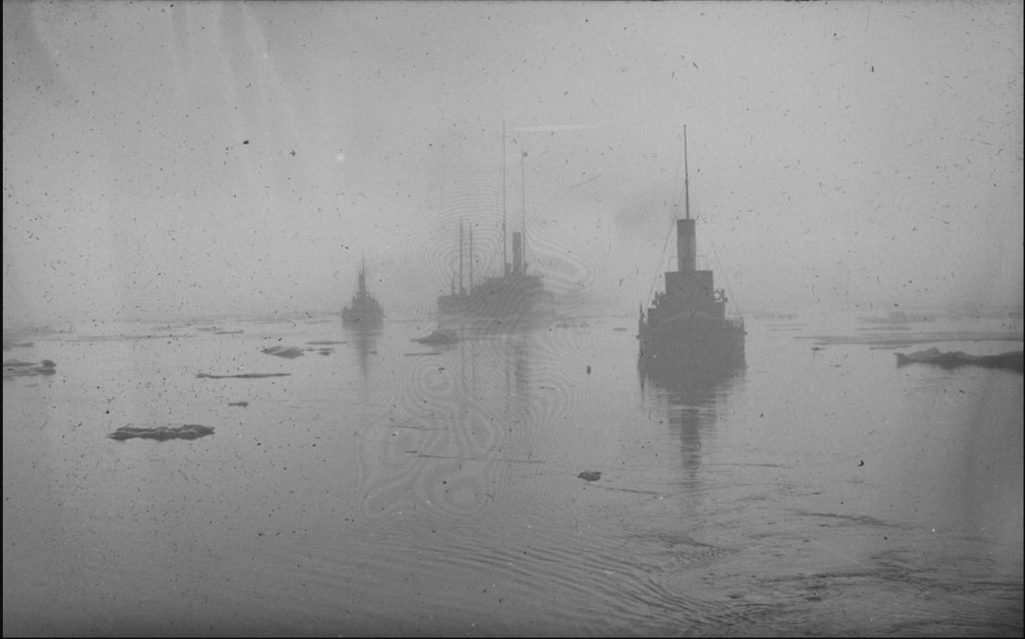 23 августа - 1 сентября 1914.Вид на караван судов в Карском море. На воде льдины
