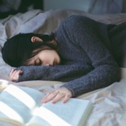 спящая девушка