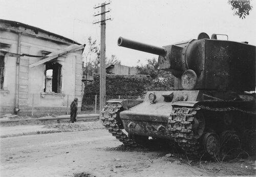 Танк КВ-2 оставленный на ул. Львовская в г. Золочев.
