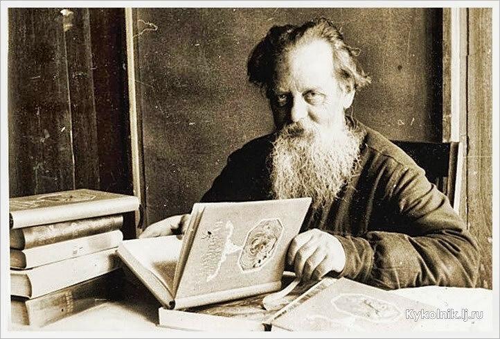 П. П. Бажов с первым изданием книги «Малахитовая шкатулка». 1939.jpg