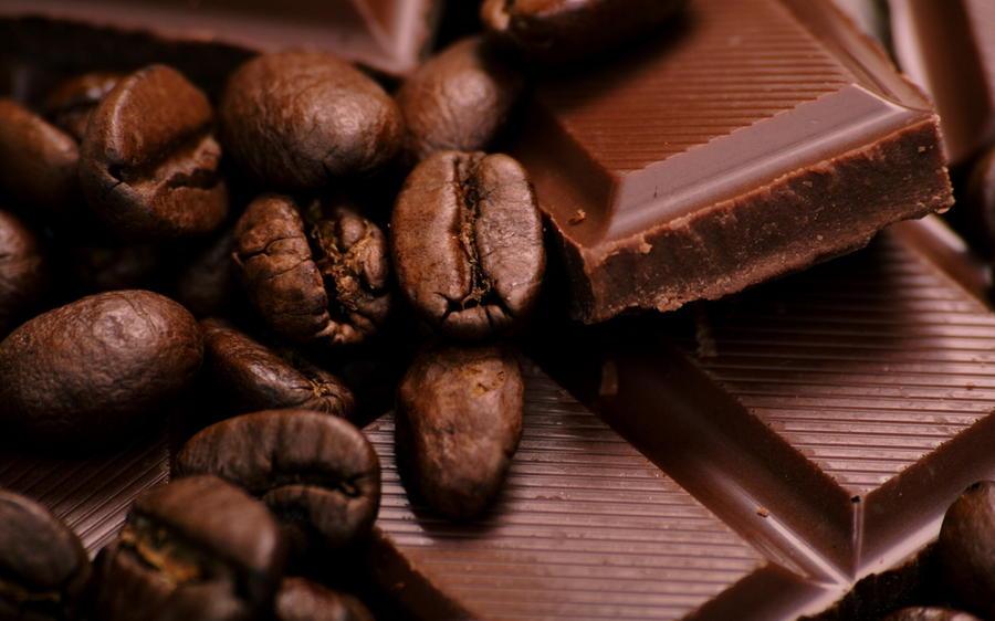 2. Горький черный шоколад. На 100 грамм продукта калорийность черного, горького шоколада составляет