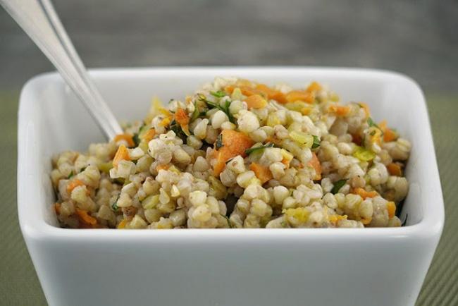 Ингредиенты: 200г гречневой крупы 200г отваренной курицы 1ч.л. соли 3ст.л. оливкового масла 1