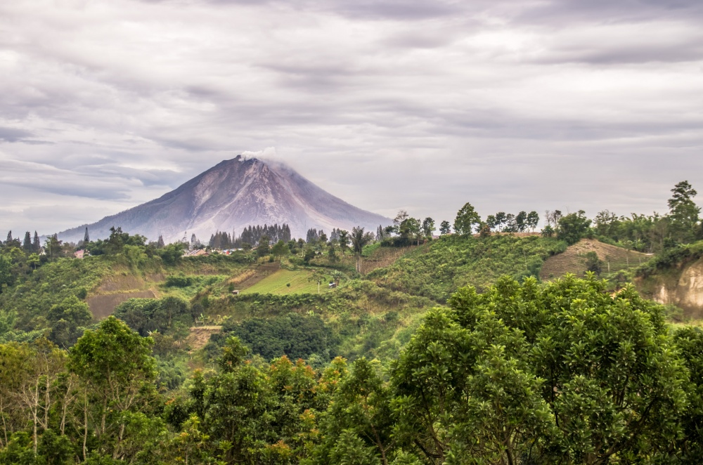 Действующий вулкан наострове Суматра вИндонезии. Извержения здесь происходят скатастрофической ча