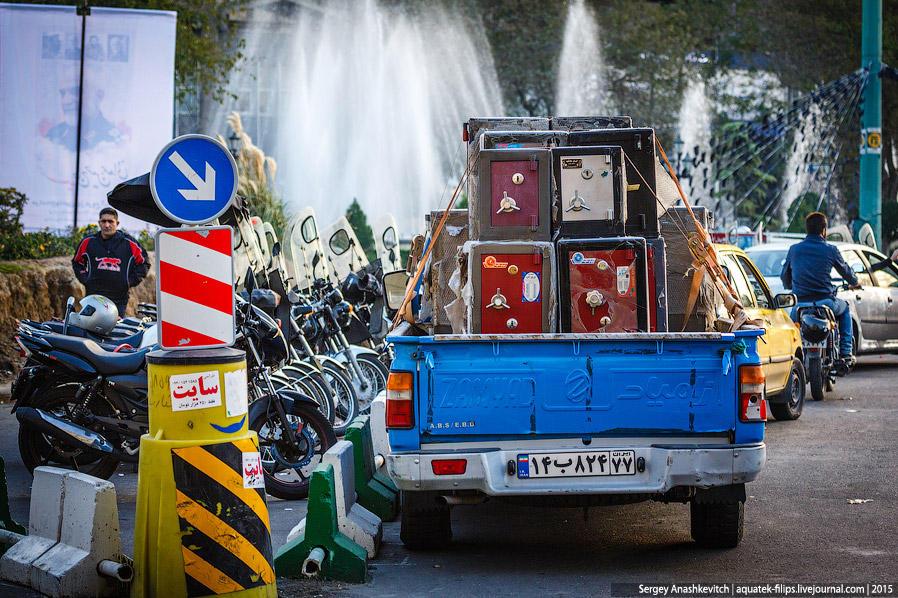6. Помимо лавок и магазинов, в Иране широко распространена передвижная торговля. Не можешь купить се