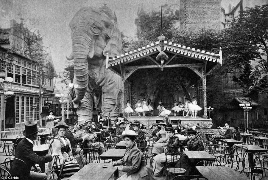 3. Скандальную славу заведение завоевало после того, как в 1900 году рядом с «Мулен-Руж» был установ