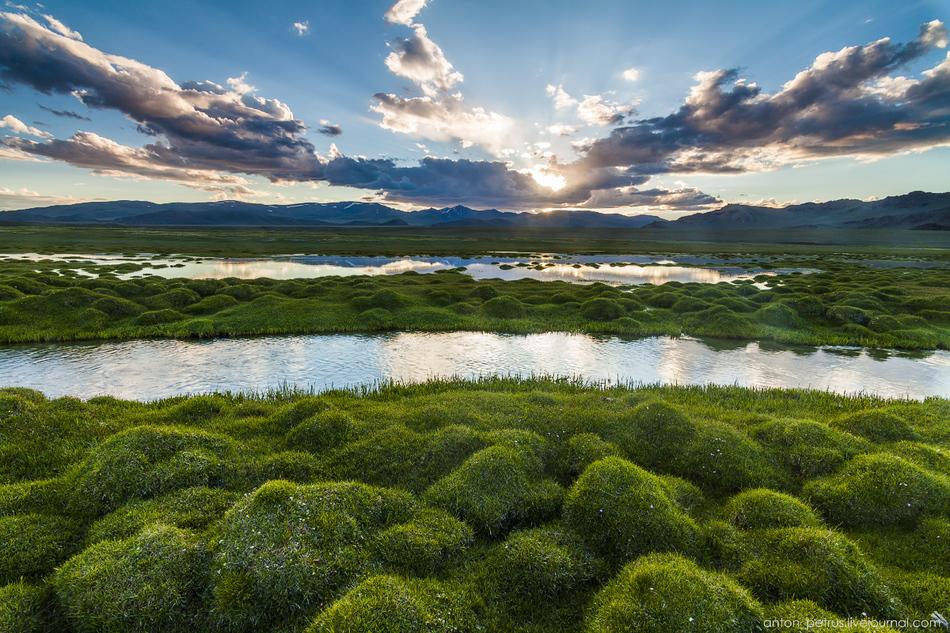 Двинули дальше к горным озерам, вдоль самой большой реки Монголии — Ховд. Не буду говорить, что мест