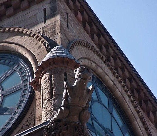800px-Gargoyle_peering_down_on_Queen_Street.jpg