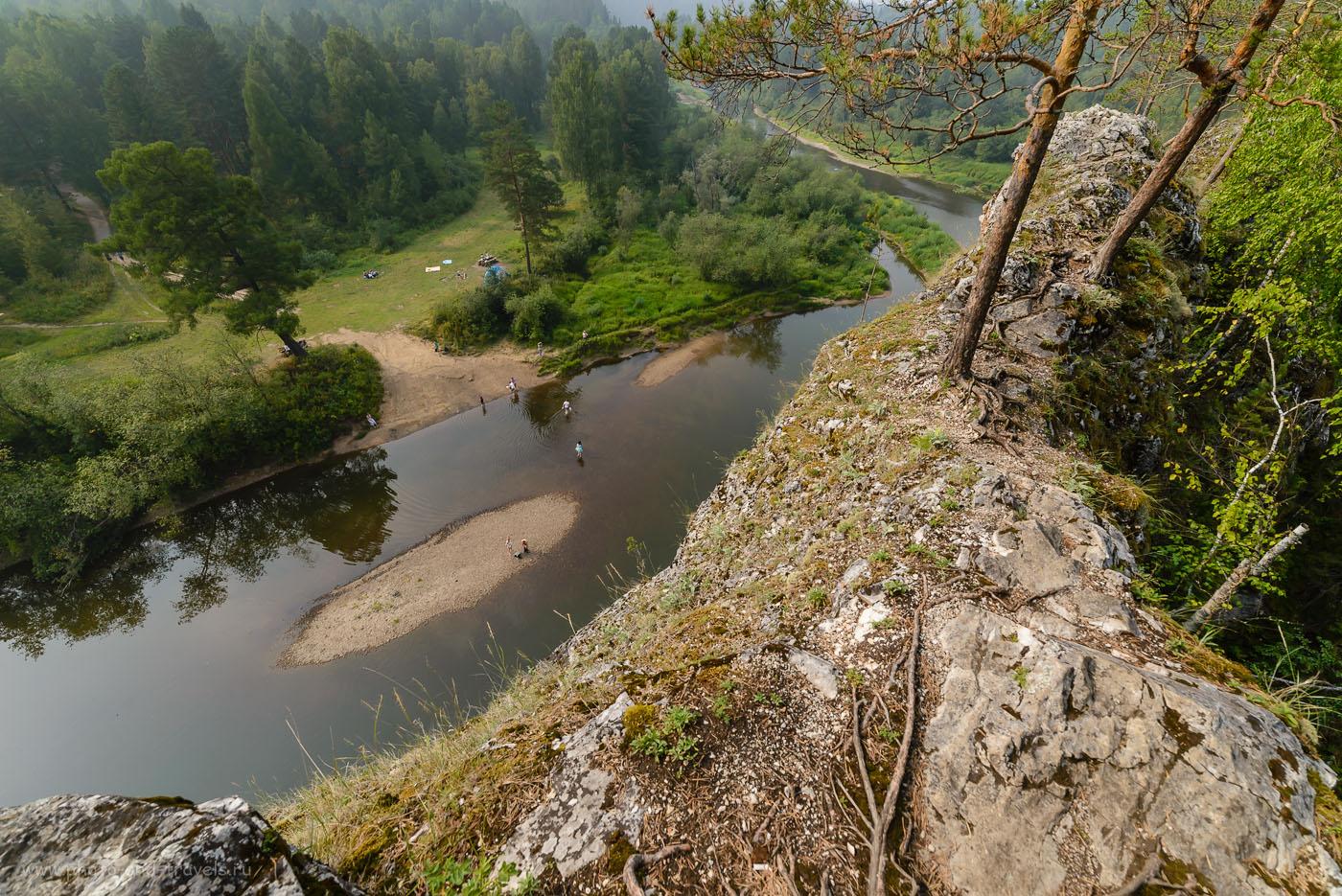 Фото 22. Вид на Сергу и туристическую стоянку с вершины скалы Карстовый мост в парке «Оленьи ручьи». Камера Nikon D610 и сверхширокоугольный объектив Samyang 14mm f/2.8. 1/500, -1.0, 8.0, 250, 14.