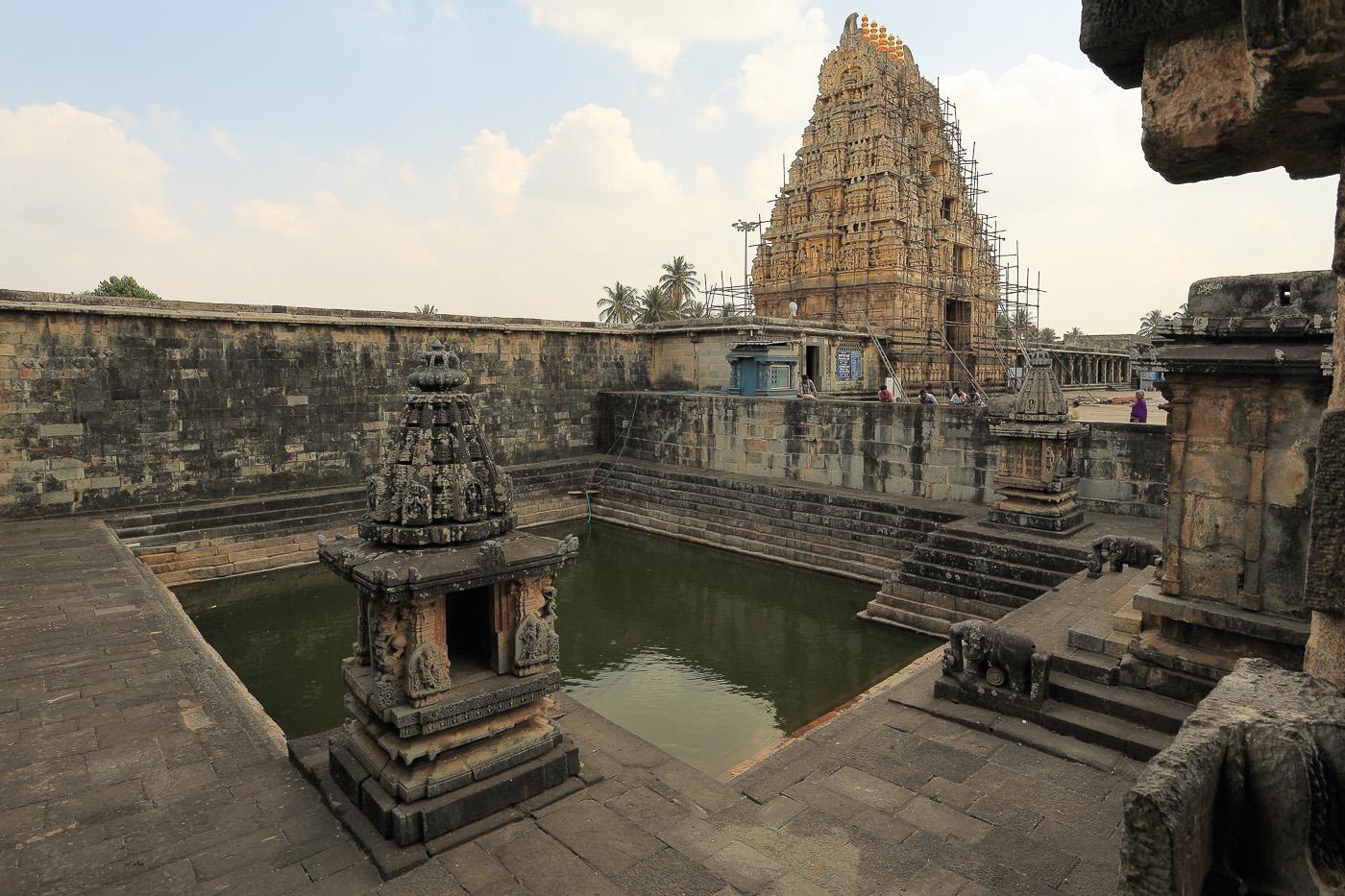 Фото №24. Храм Ченнакесава в городе Белур. Священный водоем. Поездка в штат Карнатака во время отдыха в Индии. 1/50, -1 eV, f 10, 17mm, ISO 100.