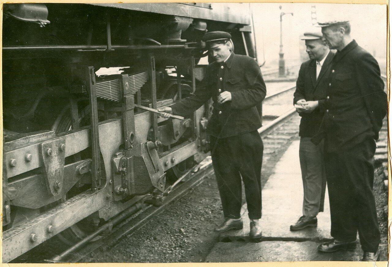 1960-е. Общественные инспектора депо Челябинск за осмотром электровоза ВЛ22М