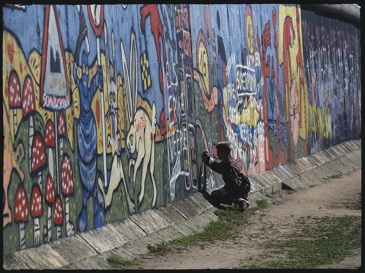 Западный Берлин. Потсдамская площадь. Подросток рисует на стене граффити