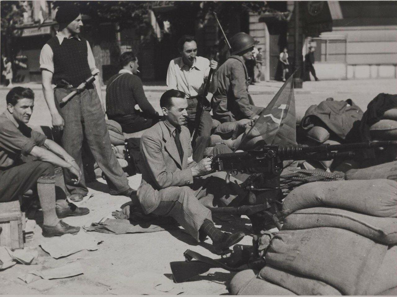 25 августа. Пулеметы у северного входа в Венсенский замок