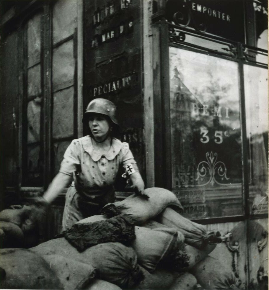 22-23 августа 1944. Беатрис Бриана на баррикадах на углу площади Пти-Пон